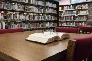 på biblioteket foto