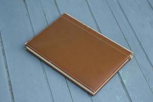 inbunden bok på trä bakgrund