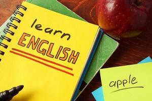 anteckningsbok med lära sig engelska tecken. foto