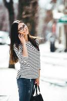 vacker modell går med telefonen foto
