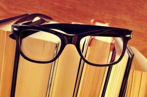 böcker och glasögon, med retroeffekt foto