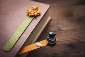 bok och bokmärke foto