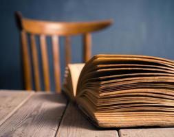 öppen bok på ett bord foto