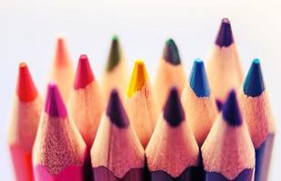 närbild färgglada penna kritor vintage foto
