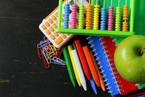 tillbaka till skolakoncept, skolpapper mångfärgade pennor och anteckningsböcker foto