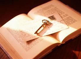 bok och nyckel foto