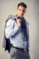 manlig modell i modedräkt foto
