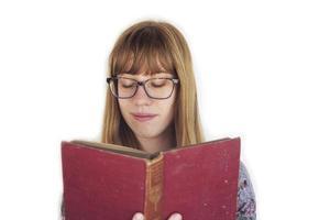 flicka som läser röd bok foto