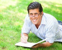 ung student med anteckning på utomhus foto