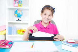 ung flicka som gör läxor foto