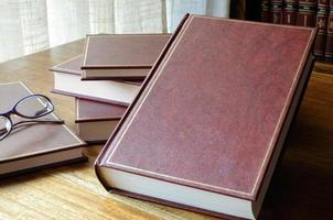 exponerad uppsättning böcker på bordet foto