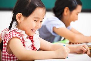 glada barn i klassrummet foto