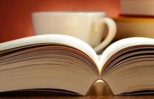komposition med böcker på bordet