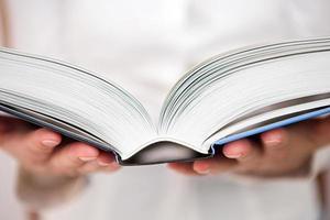 en person som läser en bok för utbildning foto