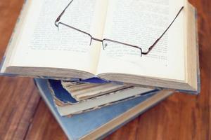 glasögon och bok foto
