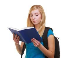 avslappnad flickastudent med läsebok för påse ryggsäck lära sig isolerat foto