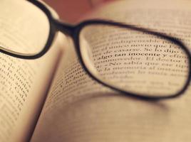 detalj av en bok och glasögon. foto