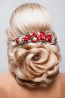 vacker brud med mode bröllop frisyr. foto