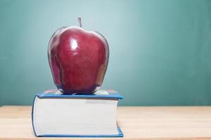 äpple på böcker foto