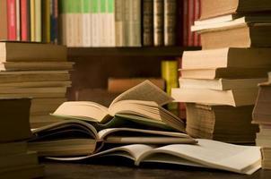 böcker i ett studierum foto