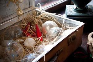 vintage jul resväska låda bollar foto