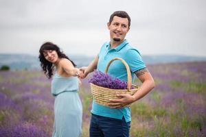 unga par skördar lavendelblommor foto