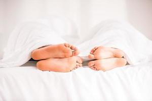 par i sängen foto
