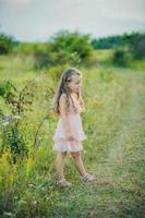 flicka på naturen foto