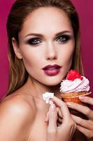 vacker modeflicka med muffin foto