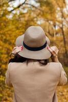 flickan i hatten tittar på avstånd foto