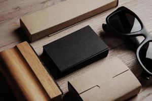 kontorselement på träbord och solglasögon. horisontell foto