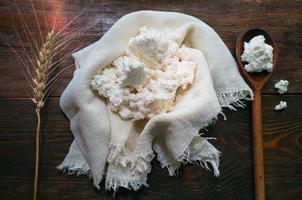 färsk inhemsk keso och spannmål foto
