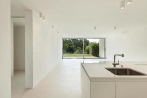 inhemskt kök i ett modernt hus foto
