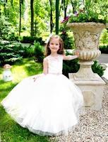 bedårande leende liten flicka i prinsessklänning