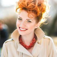 vacker ung kvinna leende foto