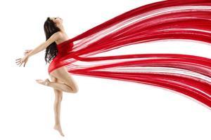 kvinna dansar med rött flygande viftande chiffongduk foto