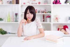 kvinna som studerar foto