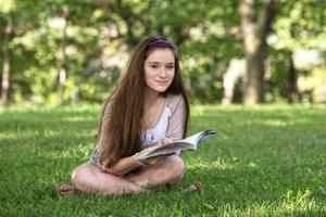 söt tonåring studerar foto