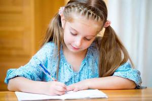 söt liten flicka studerar foto