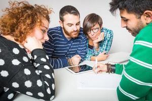 grupp vänner som studerar foto