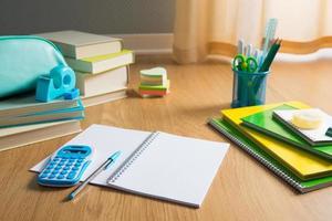 studerar på golvet foto