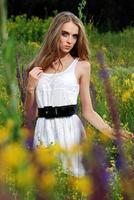 porträtt av den unga vackra flickan utomhus foto