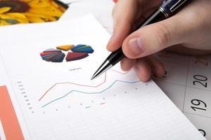 arbeta med att studera diagrammet på kontoret foto