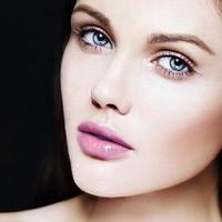 vacker kvinnamodell med ljus makeup och rosa läppar foto
