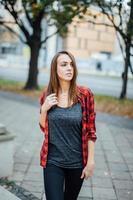 ung vacker flicka som går på gatan. foto