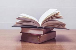 några gamla böcker på ett bord foto