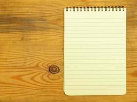 gul sida av anteckningsboken foto