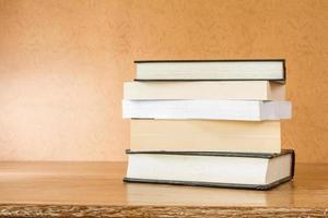 böcker på ett bord foto