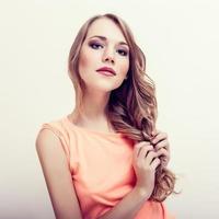 sensualitet vacker blond kvinna foto