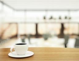kopp kaffe på träbord i handelscenter foto